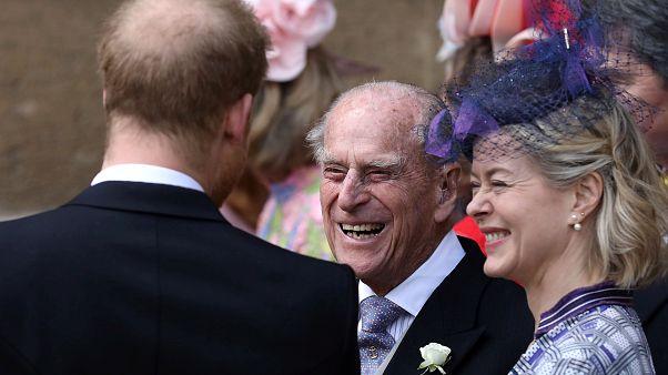 Harry herceg Fülöp herceggel beszélget Lady Gabriella Windsor esküvője után
