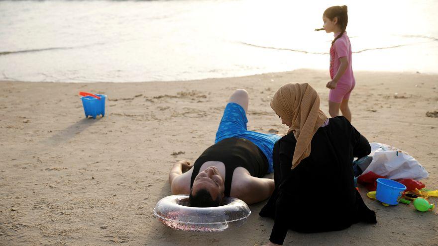 عائلة على أحد الشواطئ في تل أبيب (صورة من الأرشيف)