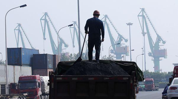 Ouvrier près du port de Tianjin (Chine), le 16 mai 2019
