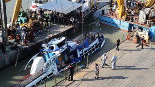 Operação de retirada do barco naufragado no Rio Danúbio