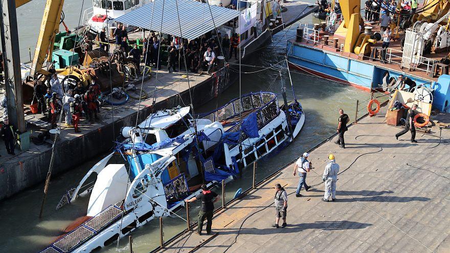 Reflotado el barco turístico hundido en el Danubio: cuatro víctimas recuperadas