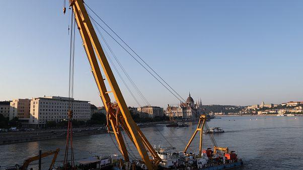 Hongrie : l'épave du bateau qui avait chaviré a été renflouée