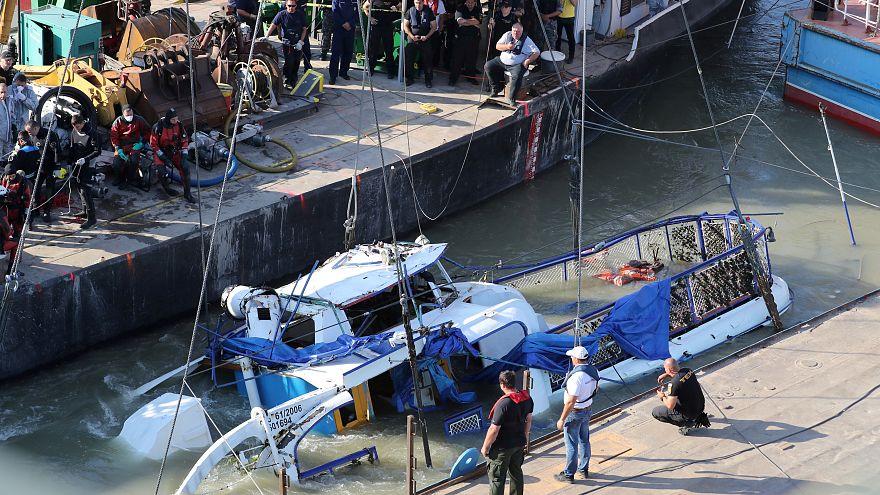Kiemelték a Hableány roncsát, megtalálták a kapitány holttestét is