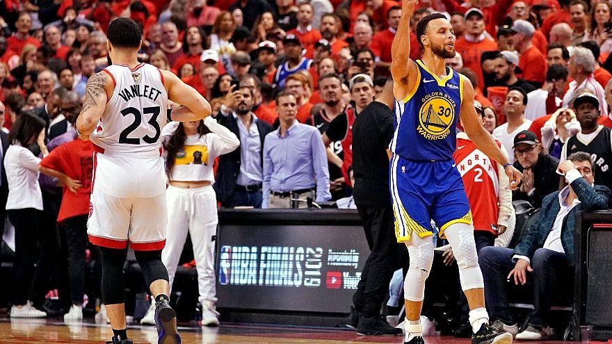 Stephen Curry célèbre la victoire des Warriors sur Toronto