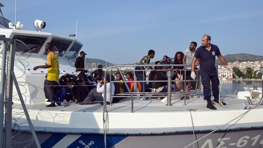 Σκάφος του Λιμενικού μεταφέρει μετανάστες στο λιμάνι της Μυτιλήνης