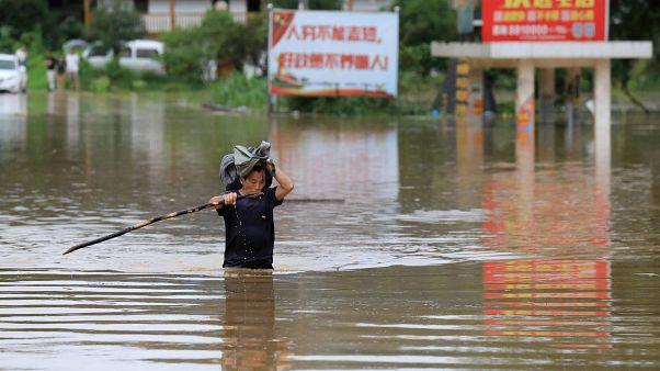 فيديو.. الأمطار الموسمية جنوب الصين تقتل خمسة أشخاص و تحاصر آلافا آخرين