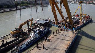 En imágenes: así se recuperó el barco turístico hundido en el Danubio