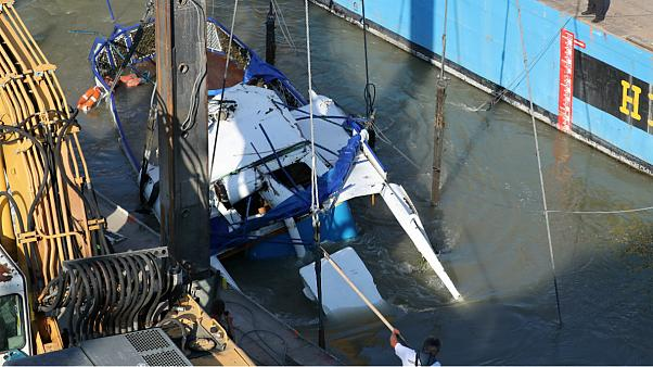 بدنه قایق غرق شده در رودخانه دانوب از آب بیرون کشیده شد