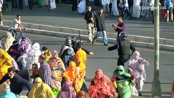 Manifestación saharaui reprimida por la policía marroquí.