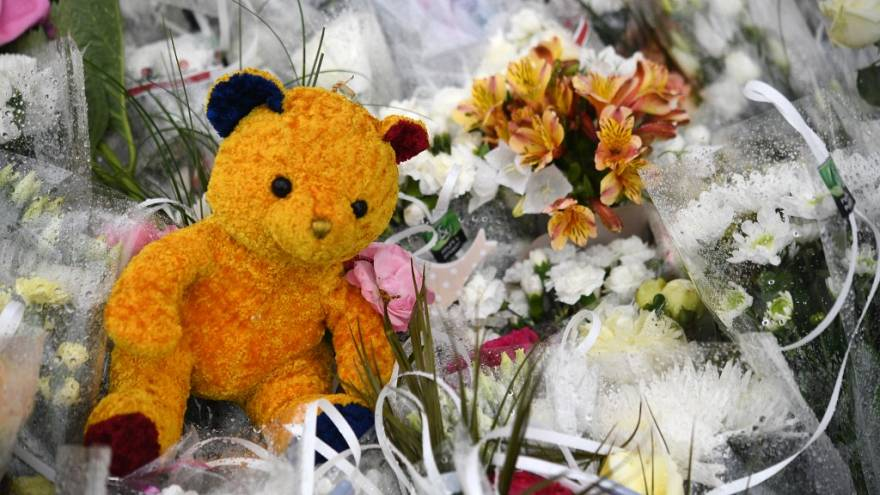 Trafik kazası geçiren Türk çocuklar için bırakılan çiçekler ve oyuncak ayı