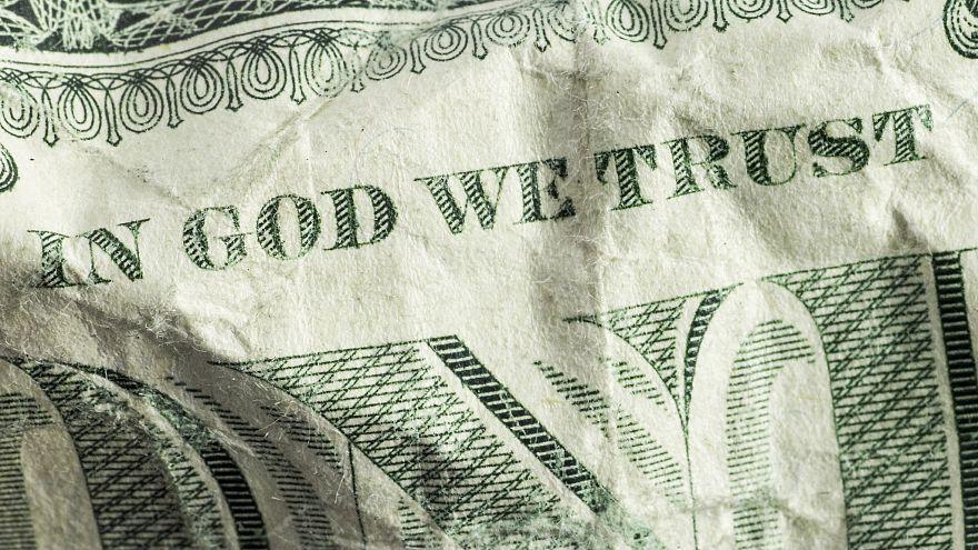 """شعار """"نثق بالله"""" على الدولار الأميركي"""