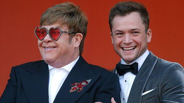 إلتون جون (يسارا) والممثل تارون إيجرتون الذي يجسد حياته في فيلم (روكت مان)