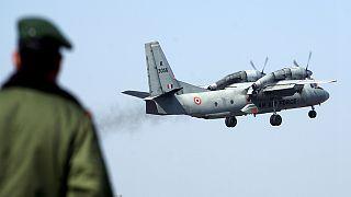 جندي هندي يراقب اقلاع طائرة نقل عسكرية (إيه.إن-32) من مطار جامو