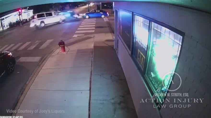 شاهد: عربة للشرطة الأمريكية تصطدم بسيارة صغيرة وتقتل سائقتها