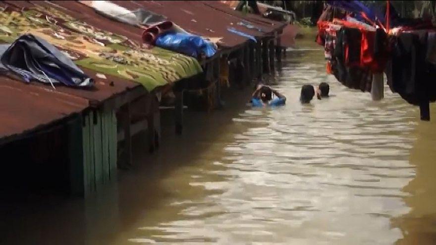 مختل شدن زندگی روزمره در پی جاری شدن سیل در شرق اندونزی