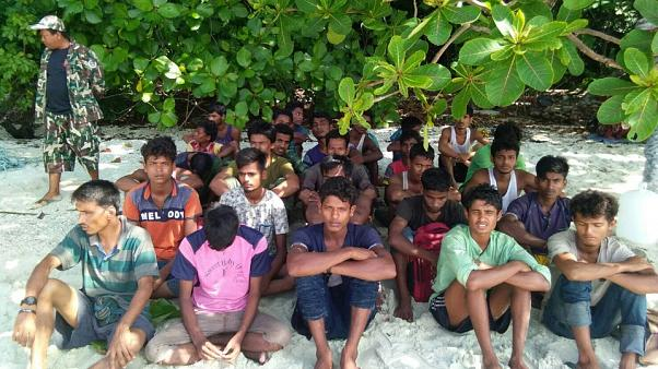 مجموعة من أقلية الروهينغا الميانمارية على شاطئ في تايلاند يوم الثلاثاء