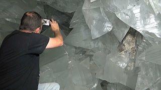 عالم جيولوجيا إسباني يلتقط صورا لأحجار الكريستال العملاقة