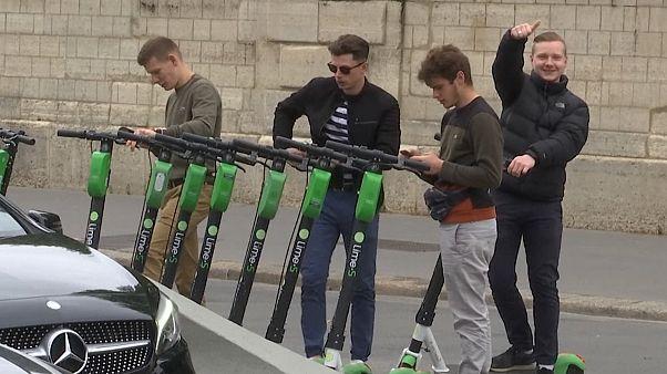 Video   Paris'te elektrikli scooter 'istilasına' belediye savaş açtı