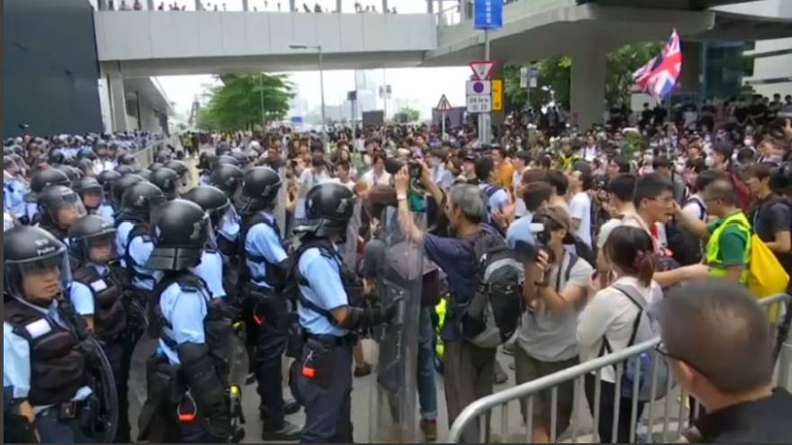 فوضى في هونغ كونغ.. واقتحام شارع مجاور لمكاتب الحكومة