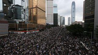Hong Kong'da on binler 'suçluların iadesine karşı' şehir meclisine yürüdü: Yasa tasarısı ertelendi