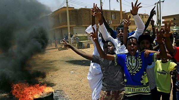 معترضان سودانی بر ضد شورای نظامی انتقالی شعار سر می دهند