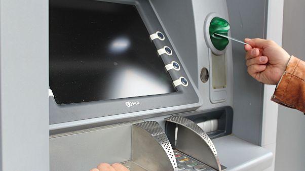 شاهد: أراد سحب بعض النقود لكن الآلة فاجأته بثروة كبيرة