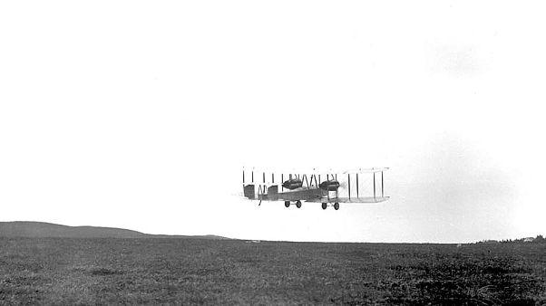 John Alcock et Arthur Whitten, quittant le sol canadien à bord de Vickers Vimy, le 14 juin 1919