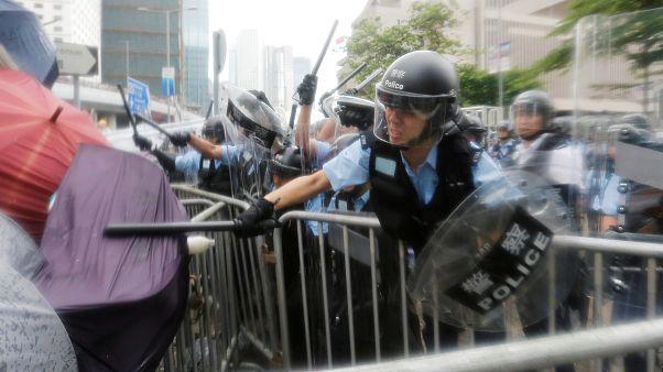 Protestos levam a adiamento de debate mas os manifestantes querem mais