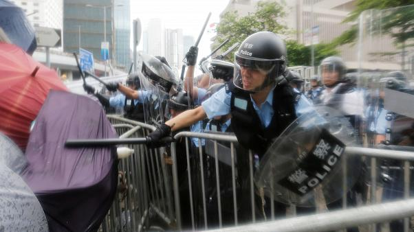 Tränengas und Schlagstöcke: Schwere Ausschreitungen in Hongkong