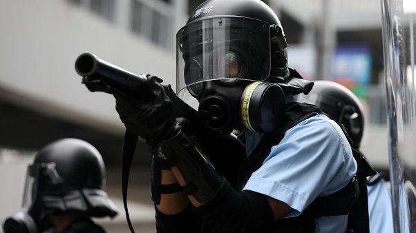 Hong Kong'ta göstericiler şehir meclisi önünde barikat kurdu