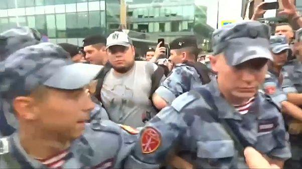Rusya'da muhalif gazeteciye destek yürüyüşünde en az 400 kişi gözaltına alındı