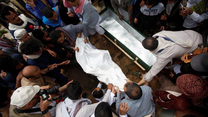مشيعون في جنازة ضحايا هجوم شنه التحالف السعودي على صنعاء في اليمن