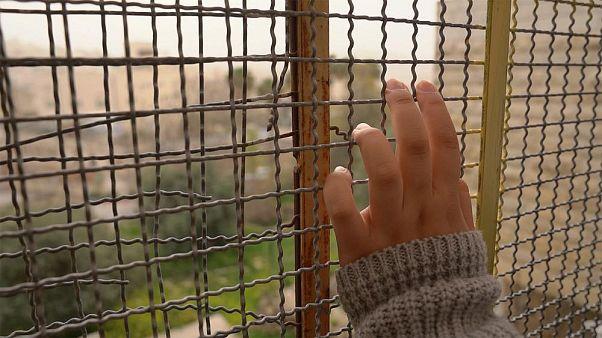 İsrail askerlerinin gölgesinde okumaya çalışan Filistinli çocuklar
