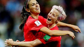 Alex Morgan de EE.UU. celebra su duodécimo gol con Megan Rapinoe