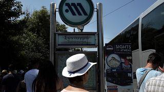 Επιβάτες κινούνται στο σταθμό του μετρό στο Σύνταγμα, λίγο πριν τη στάση εργασίας