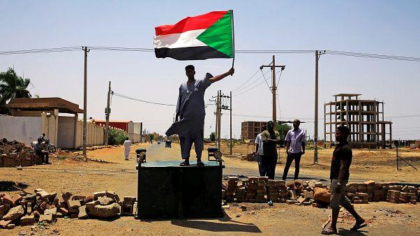 مواطن سوداني يرفع العلم السوداني في الخرطوم