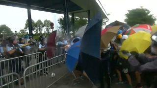 شاهد: اشتباكات عنيفة بين المتظاهرين والشرطة في هونغ كونغ