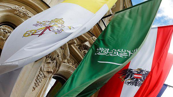 علم السعودية بين أعلام أخرى على واجهة مركز الملك عبد الله بن عبد العزيز الدولي للحوار بين أتباع الأديان والثقافات في فيينا