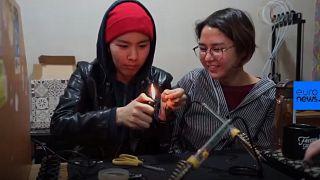 Νεαρές γυναίκες φτιάχνουν τον πρώτο δορυφόρο του Κιργιστάν!