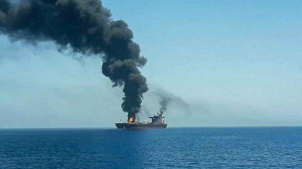 صورة للناقلة في مياه خليج عمان والدخان يتصاعد منها