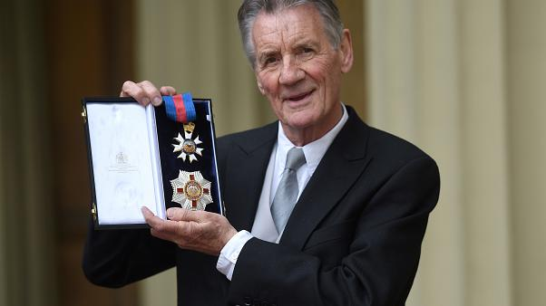 Michael Palin fait chevalier par le prince William