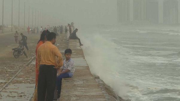شاهد: ساحل كراتشي الباكستانية يترقب الإعصار فايو