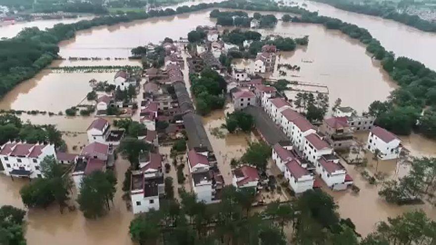 Проливные дожди и оползни на юге Китая
