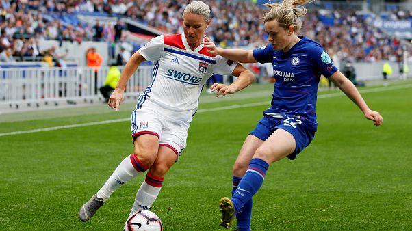 Футбол с женским лицом
