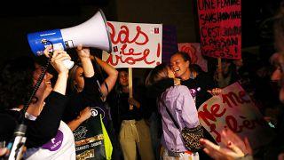 شاهد: نساء سويسرا يتظاهرن احتجاجاً على حقوقهن المهدورة