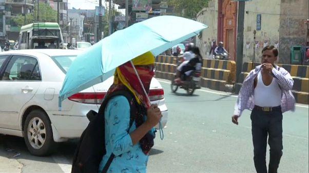 Les passants se font très rares dans les villes. Et lorsqu'ils mettent le nez dehors, c'est sous plusieurs couches et parfois un parapluie pour se protéger du soleil.