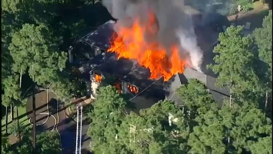 شاهد: ألسنة النيران تلتهم قصر تكساس