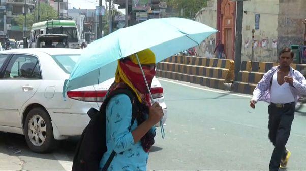 Жители Индии изнывают от жары