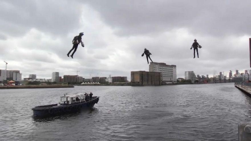 """شاهد: """"رجالٌ حديديون"""" يحلّقون في سماء لندن"""