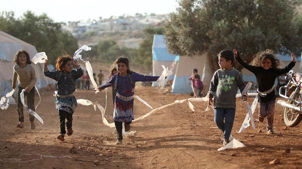 أطفال يلعبون في مخيم للمهجرين السوريين شمال إدلب. حزيران/2019